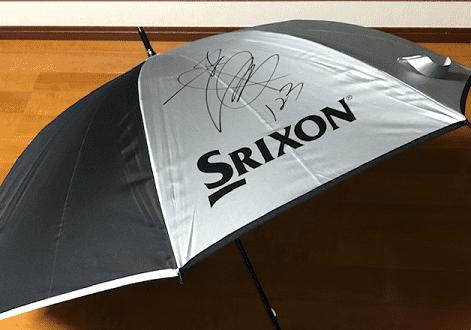 三宅百佳選手のサイン入りの傘です。